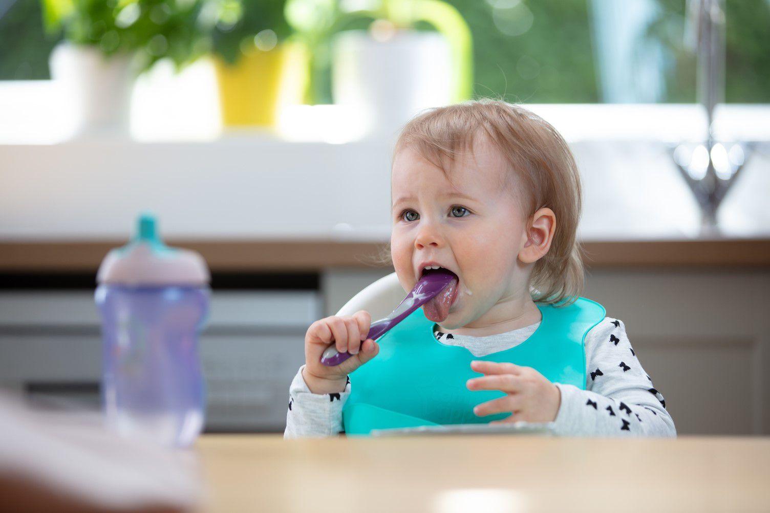 Yếm ăn dặm cho bé Tommee Tippee Roll n Go từ 7 tháng - Tím nhạt