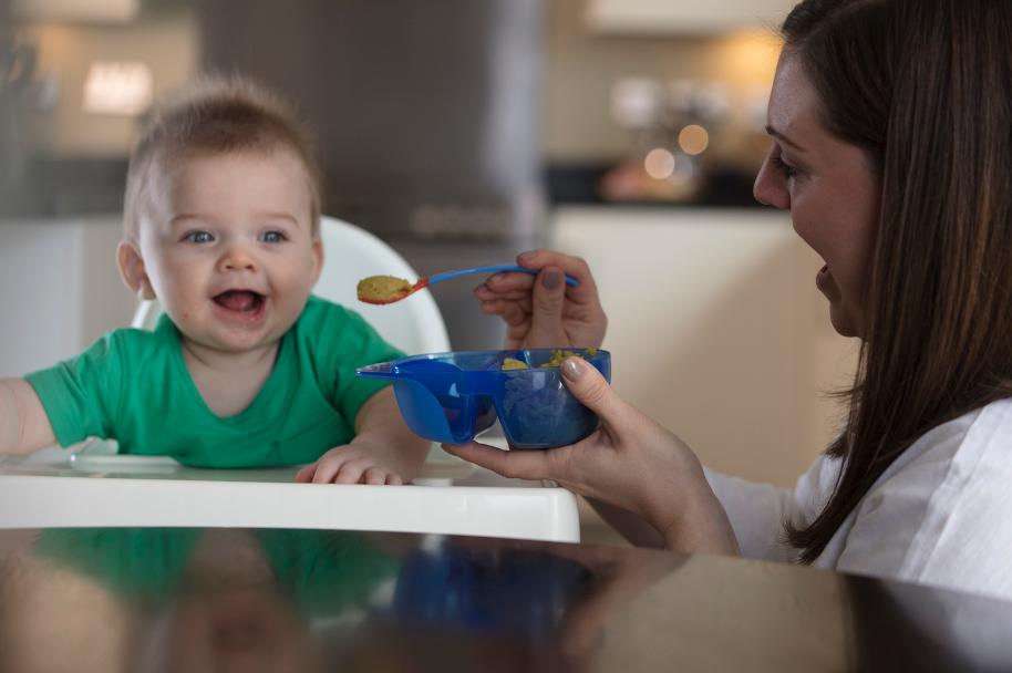 Bát ăn dặm hai ngăn có nắp kèm thìa báo nhiệt cho bé Tommee Tippee Twin Taste từ 7 tháng - Xanh dương