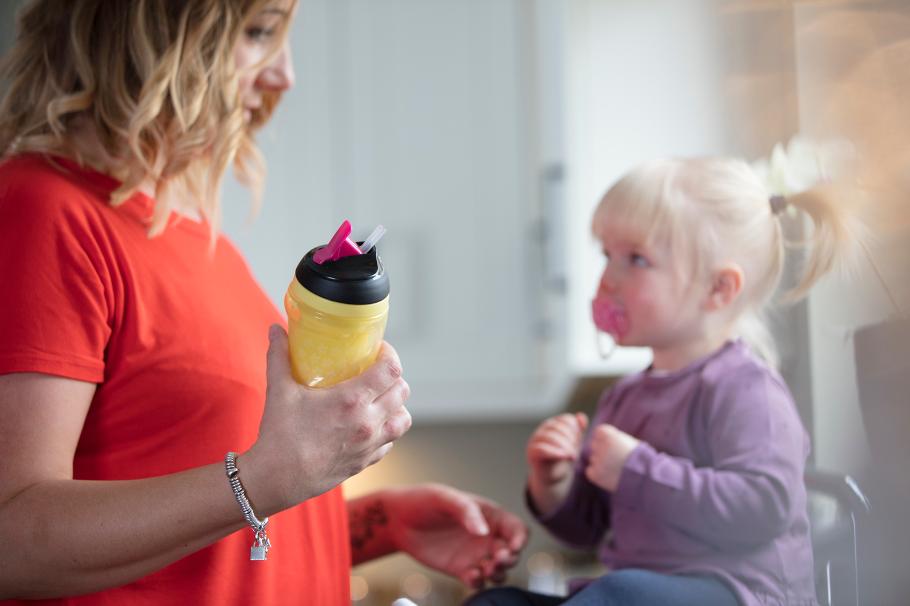 Bình uống nước giữ nhiệt có ống hút cho bé Tommee Tippee Insulated Straw 260ml từ 12 tháng – Vàng