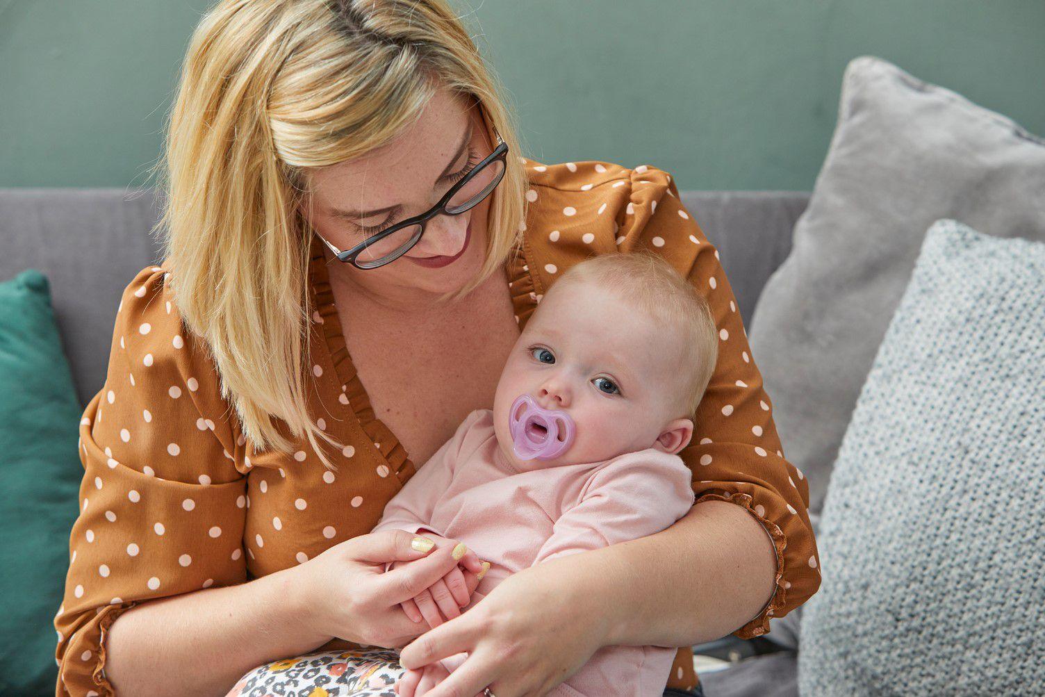 Ty ngậm silicon siêu nhẹ cho bé Tommee Tippee 6-18 tháng (vỉ 2 cái) - Tím/Trắng